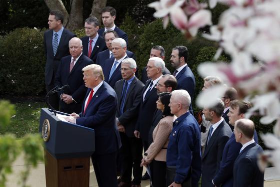 도널드 트럼프 미국 대통령이 13일(현지시간) 백악관 로즈가든에서 신종 코로나바이러스 감염증(코로나19) 사태에 관한 기자회견을 하고 있다. AP=연합뉴스