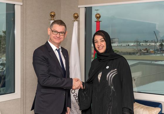 (왼쪽부터) 까르띠에 인터내셔널 CEO 시릴 비네론(Cyrille Vigneron)과 림 알 하시미(Reem Al Hashimy) 아랍에미리트 연합국(UAE) 국제협력부 장관 겸 2020 두바이 엑스포 사무국장