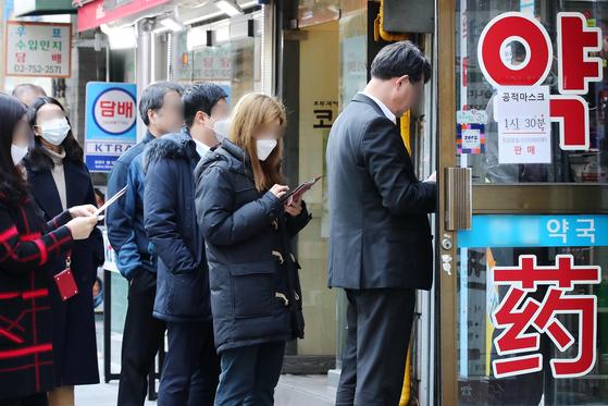 16일 오후 서울 중구의 한 약국에서 시민들이 마스크를 구매하기 위해 줄을 서고 있다. 연합뉴스
