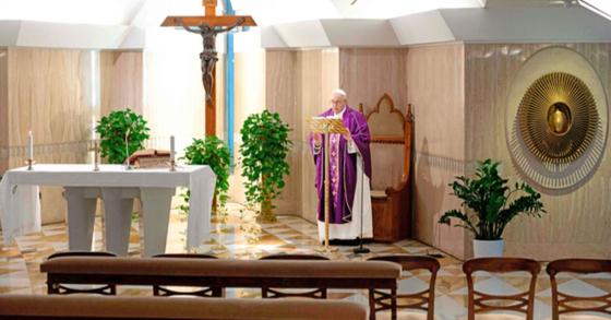 프란치스코 교황이 지난 10일 바티칸 거처인 산타 마르타의 집에서 아침미사를 올리고 있다. 코로나19 환자와 의료진을 위해 기도를 시작한 교황의 미사는 온라인으로 중계됐다. AFP=연합뉴스