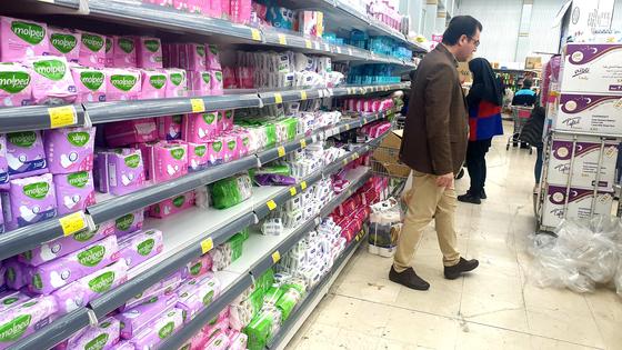 〈YONHAP PHOTO-3630〉 이란, 코로나19 위기에도 사재기는  (테헤란=연합뉴스) 강훈상 특파원 = 신종 코로나바이러스 감염증(코로나19)이 확산하면서 미국, 유럽 지역에서 생활필수품과 식품 사재기가 벌어지는 가운데 이란에서는 사재기와 같은 동요를 거의 볼 수 없는 분위기다. 15일(현지시간) 오전 테헤란 대형마트 샤흐르반드의 매대에 물품이 가득 차 있다. 2020.3.15   hskang@yna.co.kr/2020-03-15 19:48:50/〈저작권자 ⓒ 1980-2020 ㈜연합뉴스. 무단 전재 재배포 금지.〉