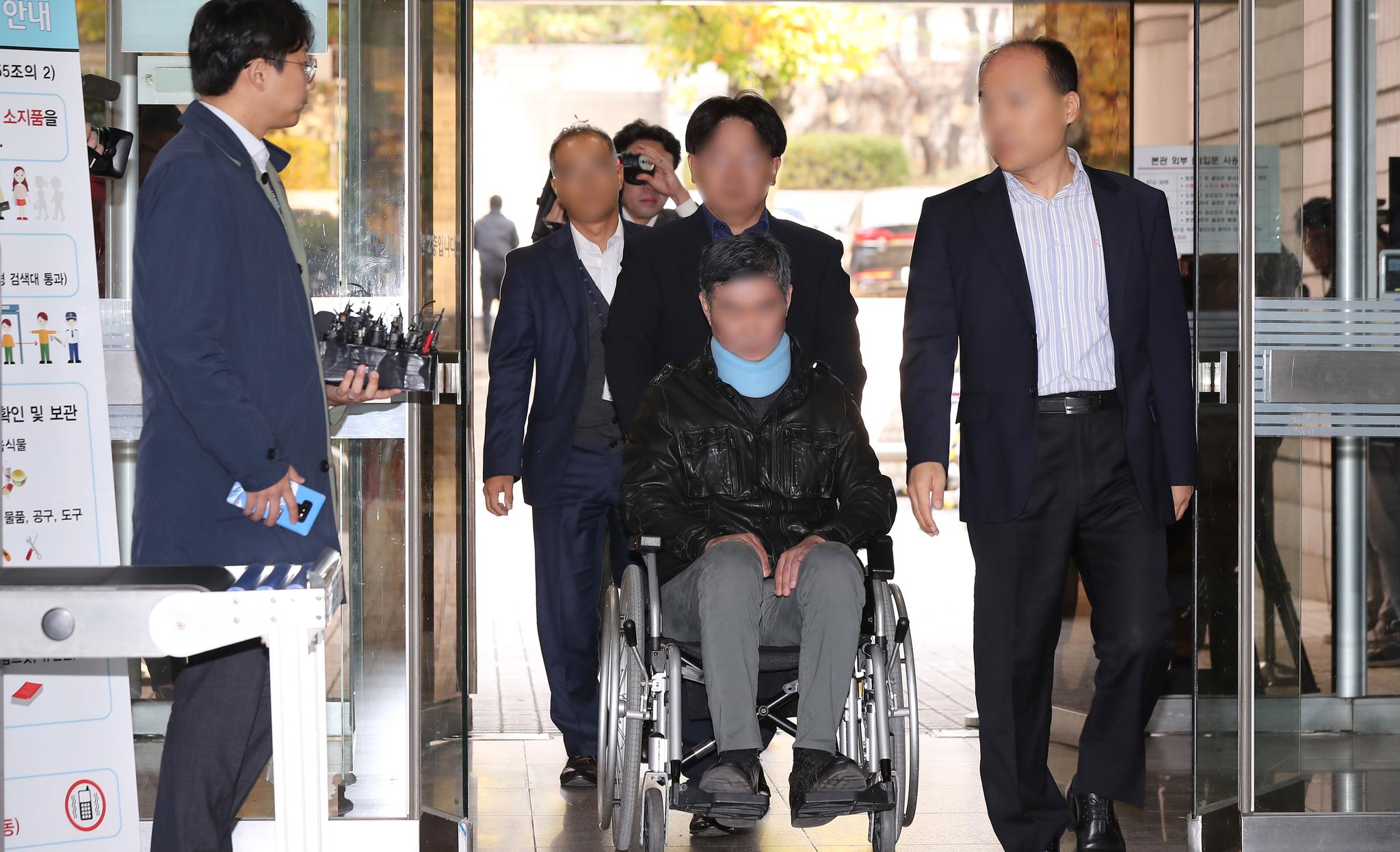 조 전 장관의 동생 조모(52)씨가 지난해 10월 31일 오전 영장실질심사를 받기 위해 서울 서초구 서울중앙지법에 들어서고 있다. 연합뉴스