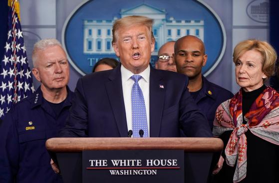 """도널드 트럼프 미국 대통령이 15일 백악관 회견에서 미 국민 생필품 사재기 광풍에 """"판매대를 24시간 채울 것""""이라며 """"안심하고 진정하라""""고 호소했다.[AP=연합뉴스]"""