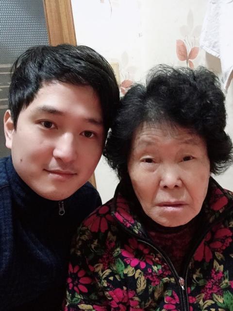 지난달 28일 신종 코로나바이러스 감염증 확진 판정을 받은 할머니를 보살피기 위해 경북 포항의료원에서 2주간 병간호를 한 박용하씨(왼쪽)가 할머니와 함께 찍은 사진. [사진 박용하씨]