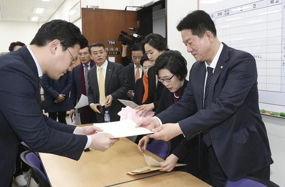 바른미래당 이동섭 ·김삼화 ·김수민 ·신용현 ·이태규 ·임재훈 ·김중로 의원이 지난달 18일 오전 국회 의사과에 제명서를 접수하고 있다. 임현동 기자
