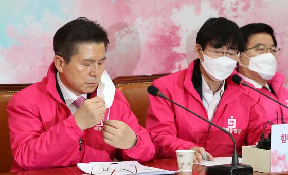 미래통합당 최고위원회의가 12일 국회에서 열렸다. 최고위원 모두 1회용 마스크를 쓴 채 회의를 진행했다. 황교안 미래통합당 대표(왼쪽)가 마스크를 쓰고 있다. 오종택 기자