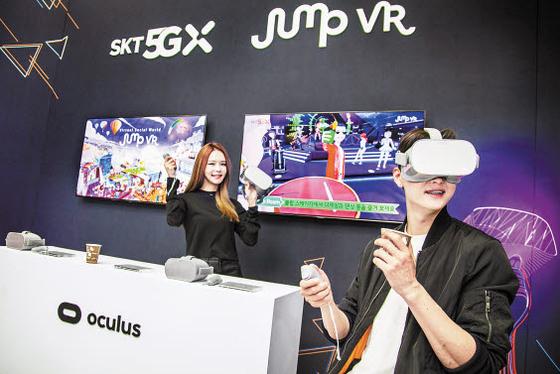 SK텔레콤은 페이스북과 파트너십을 맺고 VR기기 '오큘러스'를 출시했다. SK텔레콤의 VR 서비스를 오큘러스 플랫폼과 연동하는 한편 오큘러스의 VR 콘텐트를 고객에게 제공한다. [사진 SK텔레콤]