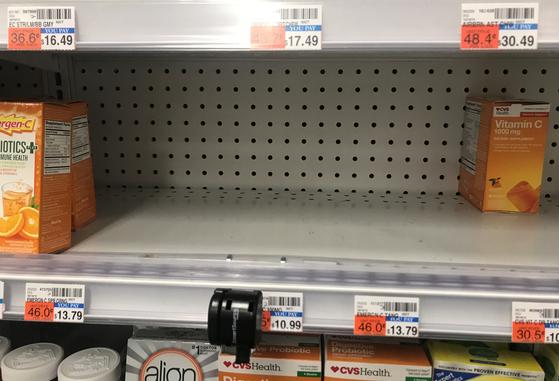 코로나 19가 미국에서도 확산되면서 미국 뉴욕의 한 약국 진열대에서 비타민C 제품이 불티나게 팔리고 있다. [로이터=연합뉴스]