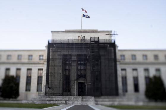 미국 워싱턴 연방준비제도(Fed) 건물. 이날 Fed는 긴급회의를 열어 기준금리를 연 0.0~0.25%로 낮췄다. 제로금리 시대의 개막이다. 연합뉴스
