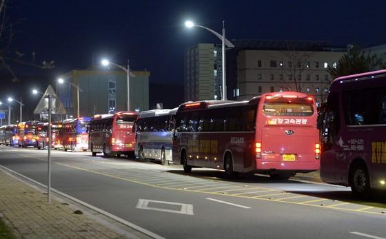 충북혁신도시 공공기관에서 퇴근하는 직원들을 기다리는 버스가 청사 앞에 줄줄이 서있다. [중앙포토]