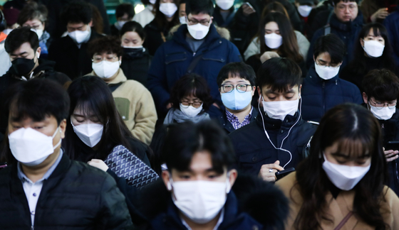 서울 구로구 신도림동 콜센터에 발생한 신종 코로나바이러스 감염증(코로나19) 확진자가 90명으로 늘어난 지난 11일 서울 구로구 지하철 신도림역에서 마스크를 쓴 시민들이 출근하고 있다. [뉴스1]