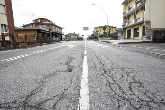감염자가 가장 많은 지역 중 한 곳인 이탈리아 북부 넴브로의 거리에선 15일 사람을 찾아보기 힘들다. 이탈리아 당국에 따르면 하루 만에 368명의 사망자가 나왔다. [EPA=연합뉴스]