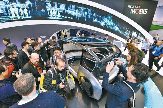 현대모비스는 지난 1월 열린 CES 2020에서 미래 모빌리티 기술을 선보였다. 관람객들이 현대모비스의 전기차 기반 자율주행 공유콘셉트인 엠비전S를 체험하고 있다. [사진 현대모비스]