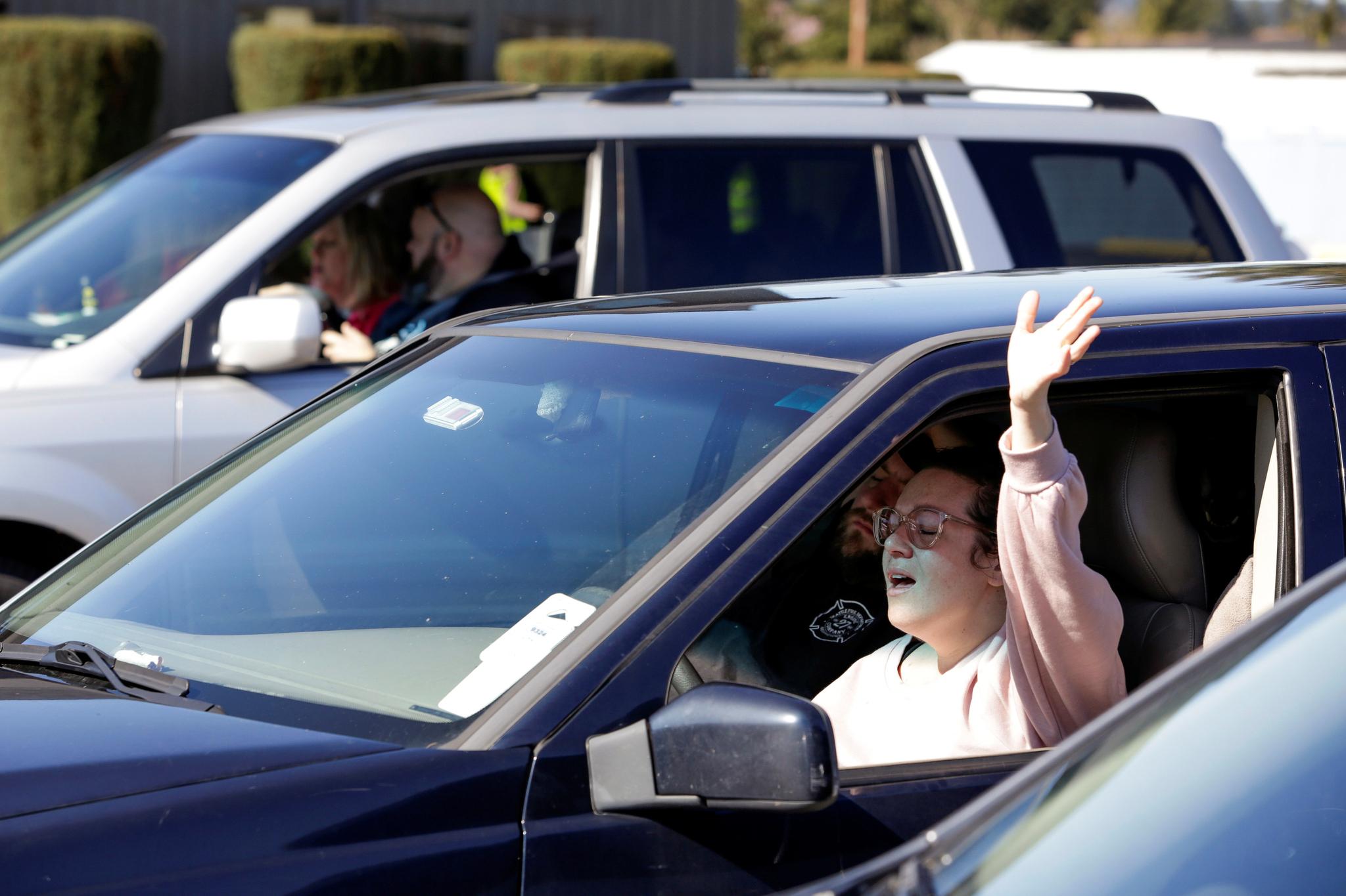 미국 워싱턴주 메리즈빌의 그로브 교회 신자가 15일(현지시간) 차에 탄채(drive-in)로 일요일 예배에 참여하고 있다. [로이터=연합뉴스]
