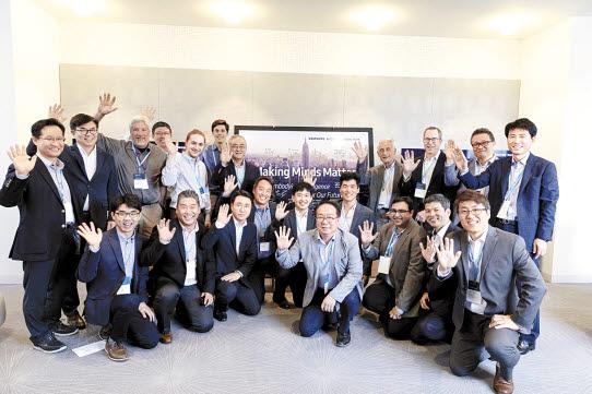삼성전자는 세계 각국에 AI 연구센터를 설립해 4차 산업혁명의 기반기술인 인공지능 관련 선행연구 기능을 강화하고 있다. 사진은 지난 2018년 9월 미국 뉴욕에서 열린 삼성전자 뉴욕 AI 연구센터 개소식 참석자 모습. [사진 삼성전자]