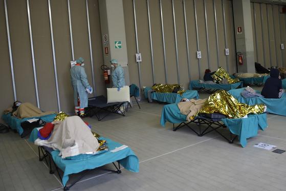 이탈리아 북부 브레시아의 한 병원에 세워진 응급의료시설에서 코로나19 환자들이 병상에 누워 있다. AP=연합뉴스