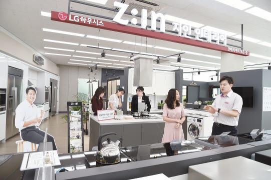LG전자의 베스트샵에 숍인숍 형태로 입점한 LG하우시스의 체험형 매장 'LG지인 인테리어'에서 소비자들이 인테리어 제품과 전자 제품을 살펴보고 있다. [사진 LG하우시스]