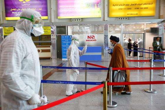 지난 15일 이란 나자프 공항에서 의료진이 공항 이용객을 대상으로 발열 검사를 하고 있다. [로이터=연합뉴스]