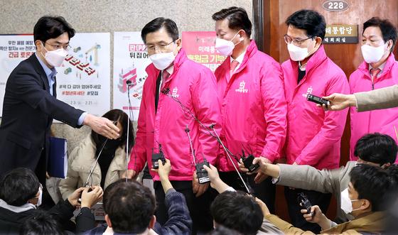황교안 미래통합당 대표(가운데)가 16일 국회에서 열린 최고위원회의를 마친 뒤 나오고 있다. 임현동 기자