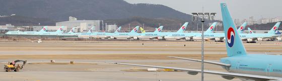 인천국제공항 제2여객터미널 계류장에 대한항공 여객기들이 멈춰 서 있다. 뉴스1