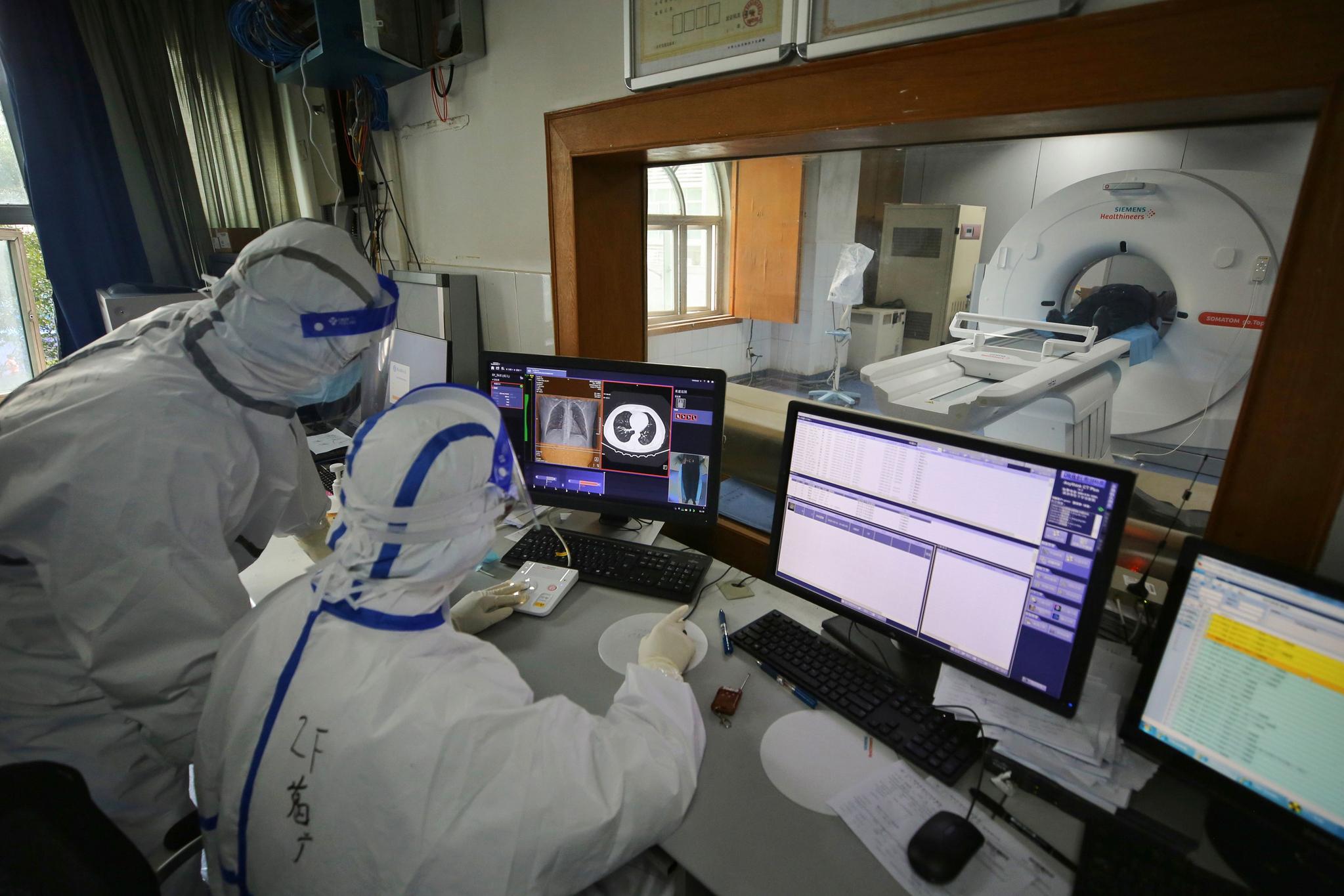 중국 우한 의료진이 지난 11일 코로나19 환자에게 CT 촬영을 진행하는 모습. [AFP=연합뉴스]
