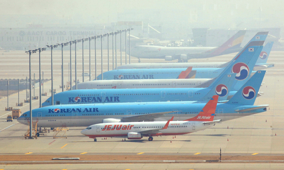 코로나19 여파에 한국인의 입국을 제한 또는 금지하는 국가들로 인해 국제선 항공편 운항이 잇따라 중단되고 있는 가운데 9일 오전 인천국제공항 주기장에 항공기들이 멈춰 서 있다. 김성룡 기자