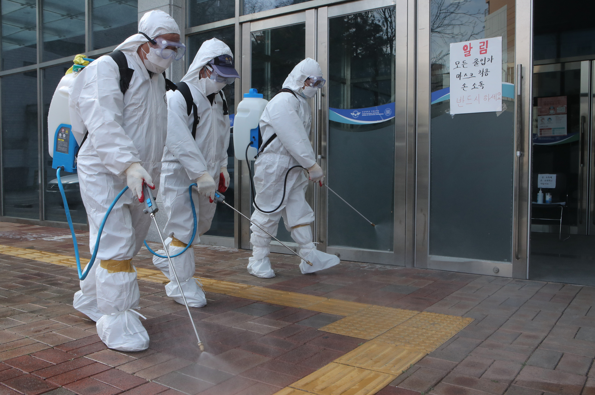 26일 부산 금정구보건소 직원들이 코로나19 확진자가 다녀간 부산대 통합기계관에서 방역활동을 하고 있다. 송봉근 기자