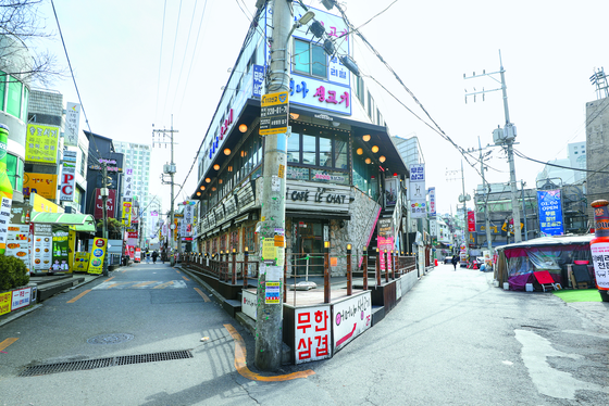 로나19 확산으로 서울 노량진동 일대의 대형학원들이 휴원을 이어간 여파로 15일 학원가 주변 거리는 한산한 모습을 보였다. [뉴스1]