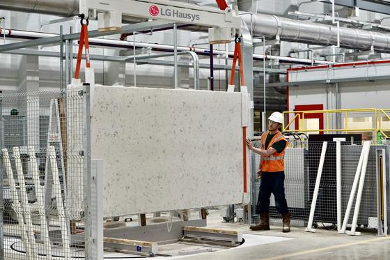 LG하우시스 미국 조지아주 공장의 현지 근로자가 엔지니어스 스톤(인조대리석)을 살펴보고 있다. 사진 LG하우시스