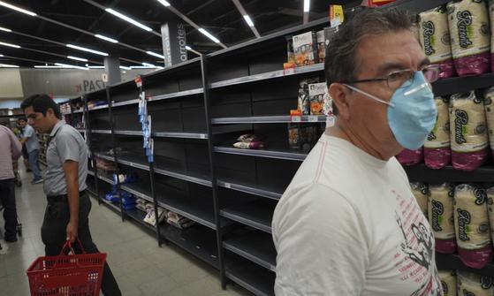 16일(현지시간) 페루 리마의 한 수퍼마켓의 모습. 주민들의 생필품 사재기에 진열대가 텅 비어있다. [AP=연합뉴스]