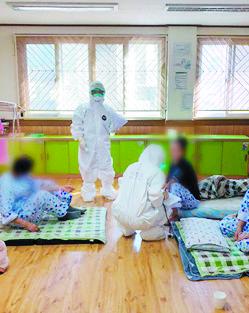 청도대남병원 다인실에 환자가 누워있다. 중앙임상위원회 제공