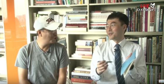 이종원 개국본 대표(왼쪽)가 지난해 10월 16일 '시사타파TV' 유튜브 방송에서 김남국 변호사와 서초동 집회에서 쓴 회비 정산 방송을 하고 있다. 유튜브 캡처