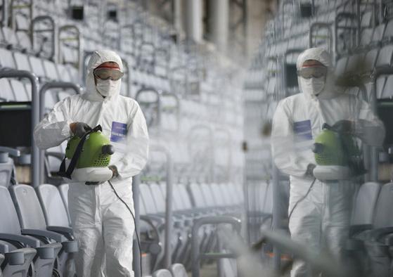 17일 오전 서울 구로구 고척스카이돔에서 서울시설공단 관계자들이 신종 코로나바이러스 감염증(코로나19) 확산 방지를 위한 방역을 하고 있다. [뉴스1]