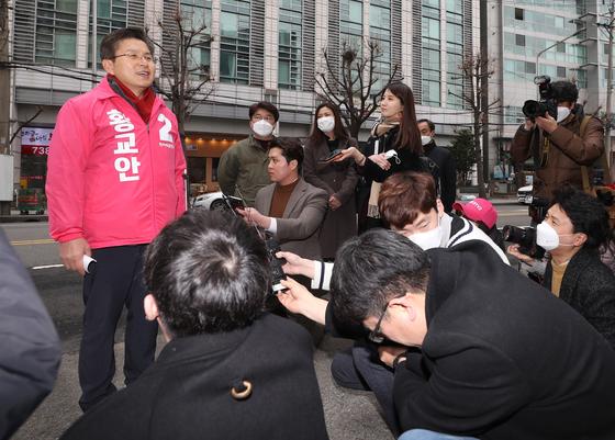 황교안 미래통합당 대표가 17일 종로구 주한중국문화원 앞 거리에서 광화문광장 관련 공약을 발표하고 있다. [연합뉴스]