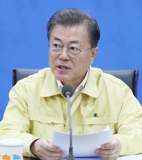 문재인 대통령이 16일 오후 서울시청에서 열린 코로나19 수도권 방역대책회의를 하고 있다. 청와대사진기자단