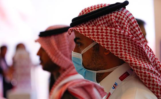 아랍에미리트 두바이에서 시민들이 마스크를 착용한 모습. EPA=연합뉴스