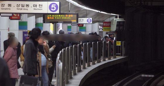 서울 지하철 5호선 열차를 기다리는 승객들. 중앙포토