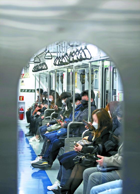 출퇴근 시각, 승객들로 붐비던 서울 지하철 1호선이 예전보다 한산해졌다. 코로나19 확산에 따라 외출을 자제하고, 재택근무를 시행하는 기업이 늘어난 것이 영향을 미친 것으로 분석된다. [연합뉴스]