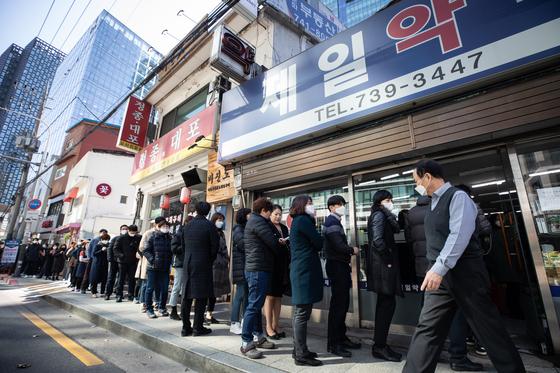 (서울=뉴스1) 유승관 기자 = 공적 마스크 5부제 시행 사흘째인 11일 서울시내 한 약국 앞이 마스크를 구매하려는 시민들로 장사진을 이루고 있다.5부제 보완책으로 일부 지자체는 공적마스크 '판매 시간대 통일'을 권고했으나 지켜지지 않고, 공적마스크 재고 현황을 알려주는 '마스크 알리미 서비스'도 부정확한 경우가 속출해 시민들이 헛걸음하는 등 현장에서 혼란이 이어지고 있다. 2020.3.11/뉴스1