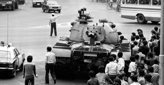 1979년 10월 부마민주항쟁 당시 부산시내에 등장한 탱크. 사진 부산민주항쟁기념사업회=연합뉴스