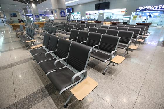 한·일 양국의 입국 제한 조치 영향으로 부산항에서 일본을 오가는 모든 여객선 운항이 중단됐다. 사진은 10일 부산 동구 부산항국제여객터미널 출국장이 텅 비어 있는 모습. 송봉근 기자