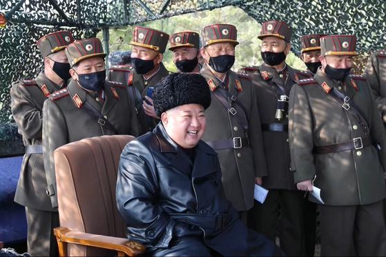 김정은 북한 국무위원장이 지난 12일 포병부대들의 포사격대항경기를 지도하고 앞으로도 이런 훈련경기를 계속하라고 지시했다고 조선중앙통신이 13일 보도했다. [사진 연합뉴스]