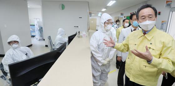 송하진 전북도지사가 13일 전북 진안에 있는 신종 코로나바이러스 감염증(코로나19) 전담병원 진안의료원을 찾아 시설을 점검하고 있다. [뉴스1]