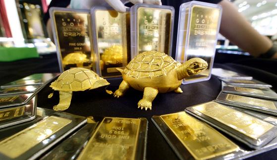 금값 17년 만에 최저로 폭락. 뉴시스