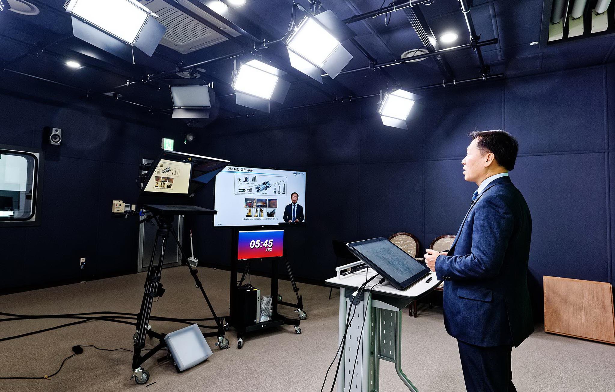 신종코로나바이러스감염증(코로나19) 감염 예방을 위해 16일 서울 연세대학교에서 비대면 온라인 강의가 진행되고 있다. 연세대학교는 오는 28일까지 온라인 강의를 실시한다. 사진 연세대학교