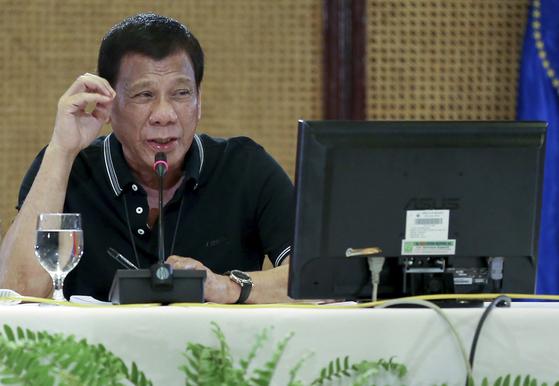 필리핀 마닐라 대통령궁 내 설치된 범정부 신종 감염병 대응 센터에서 16일 로드리고 두테르테 필리핀 대통령이 발언하고 있다. 연합뉴스, 무단 전재-재배포 금지〉