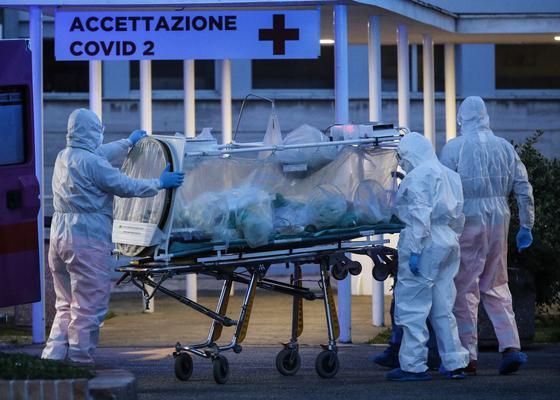 16일 이탈리아 로마에 마련된 신종 코로나 감염증(코로나19) 응급센터에 확진자가 이송되고 있다. [EPA=연합뉴스]