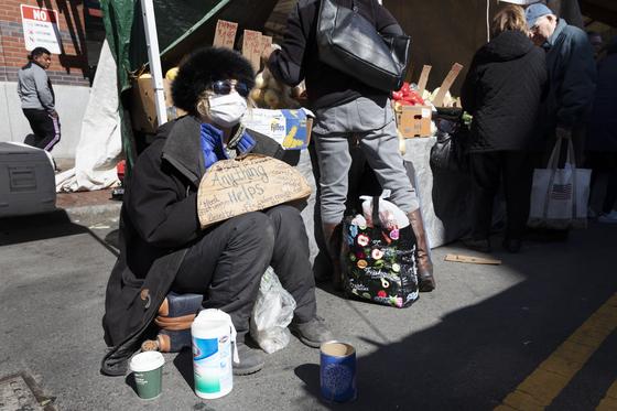 한 노숙인이 미국 보스턴에서 기부를 기다리는 모습. [AP=연합뉴스]