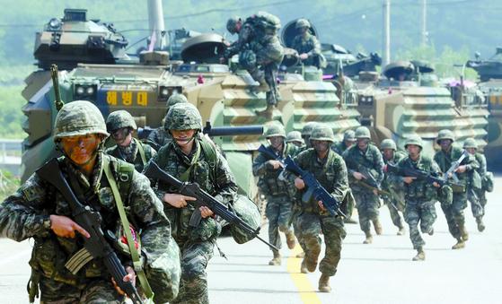국방 개혁은 싸우면 이기는 군대 만들기에 집중해야 한다는 목소리가 커지고 있다. 백령도에서 적 침투 상황을 가정해 상륙돌격장갑차에서 내려 이동하는 해병대 장병들. [연합뉴스]