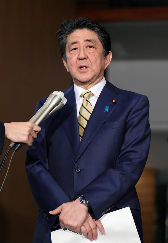 아베 신조 일본 총리가 16일 밤 11시부터 열린 G7 전화정상회담 뒤 기자들에게 결과를 발표하고 있다. [EPA=연합뉴스]